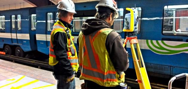 Arpentage d'un puit de ventilation dans le tunnel du métro